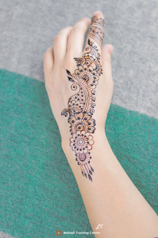نقش الحناء الجميل على ظهره تصميم الحناء الأنيق والبسيط نقش الحناء خطوة بخطوة In 2020 Henna Hand Tattoo Mehndi Designs Henna Mehndi
