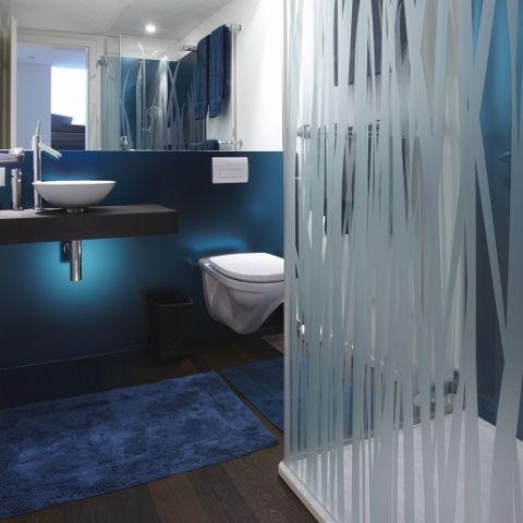 Badverkleidung aus farbig bedrucktem Glas im schimmernden Blau ...