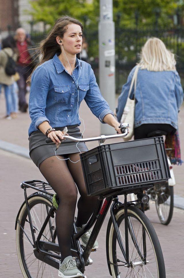 """Fahrrad im dem minirock auf """"Flanking"""" bei"""