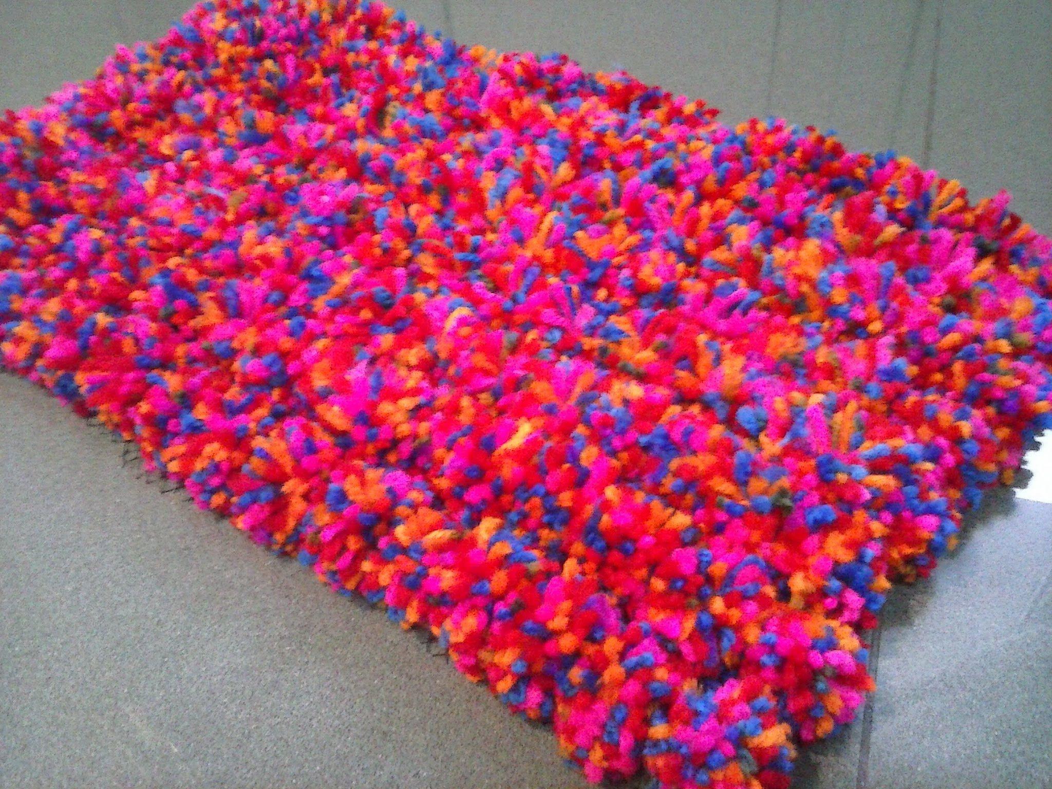 Alfombra pompom tapetes pinterest cosas de la vida - Alfombras hechas a mano con lana ...