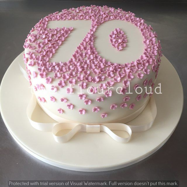 Pretty pink flowers outline for this 70th birthday cake Tortas