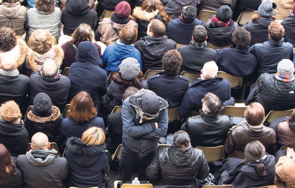 Un proche d'une des victimes du Bataclan tourne le dos à la scène durant l'hommage national du 27 novembre