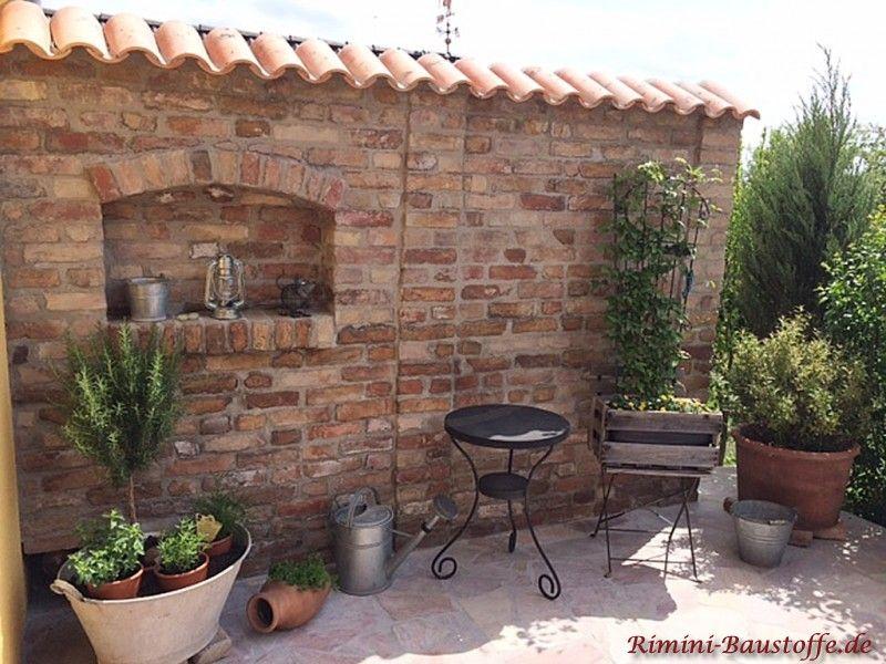 Mauer Aus Klinker Mit Angedeutetem Fenster Steinmauer Garten Gartenmauern Steinwand Garten