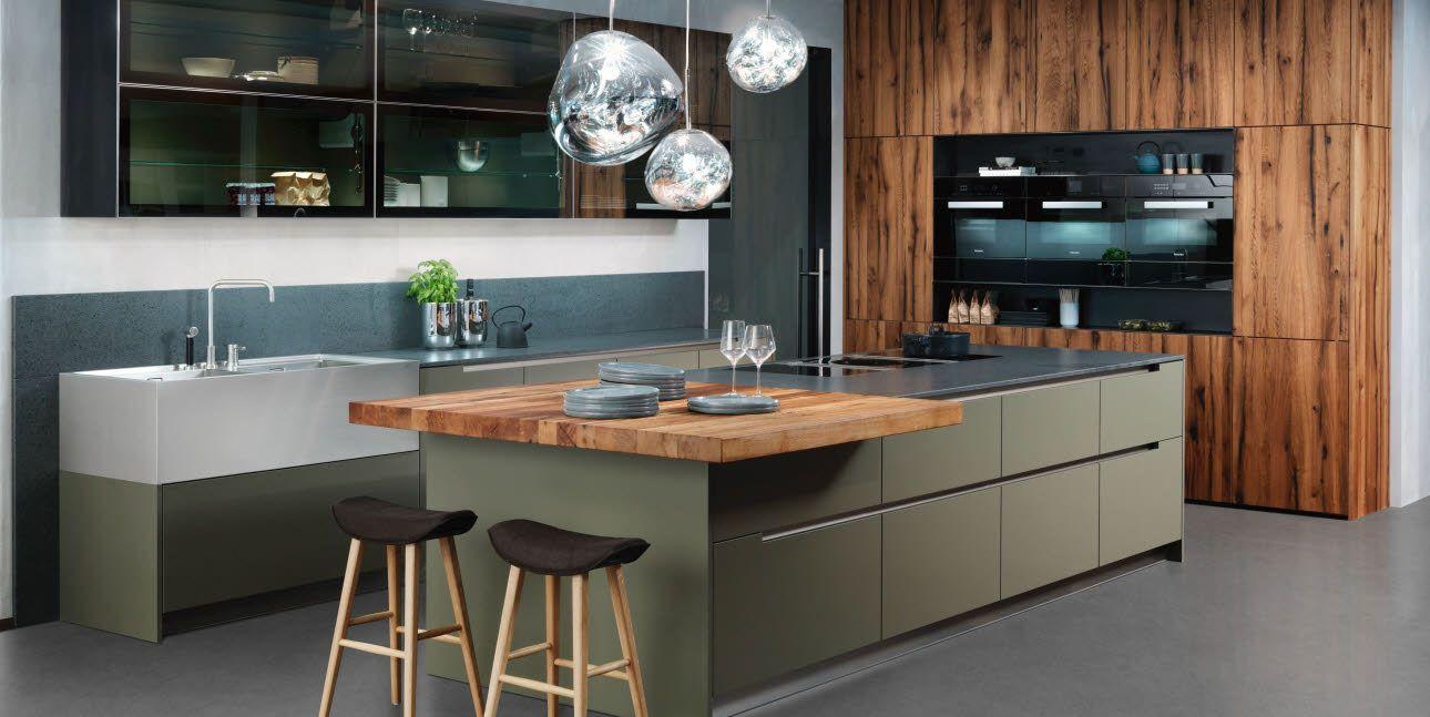 Grüne, grifflose Küche kombiniert mit edeln
