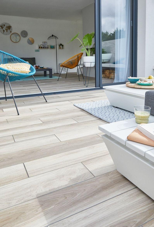 Un Carrelage Imitation Bois Brut Pour Un Salon A La Decoration Industrielle Leroy Merlin En 2020 Revetement Sol Carrelage Exterieur Carrelage Interieur