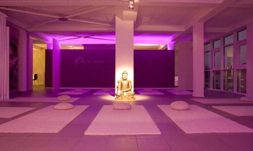 innenansicht mit beleuchtung yoga studio umgestaltung und vergr erung des yoga studios. Black Bedroom Furniture Sets. Home Design Ideas