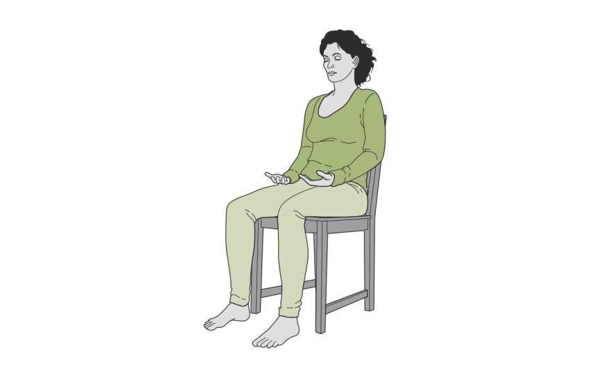6 comment faire du yoga sur une chaise et en finir avec le for Chaise dos droit