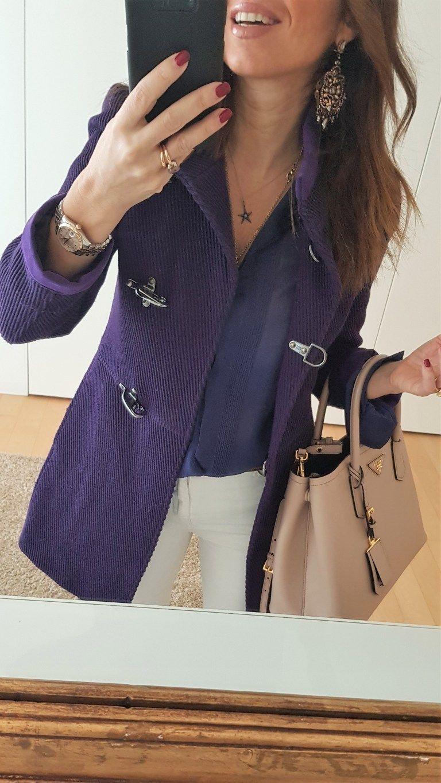 Look del giorno: abbinamento per un cappotto viola – no time