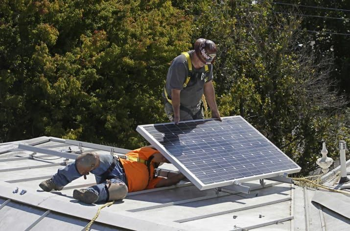 Workers Install Solar Panels In Sacramento In 2015 Solarenergy Solarpanels Solarpower Solarpanelsforhome So In 2020 Solar Energy Panels Solar Panels Solar Technology