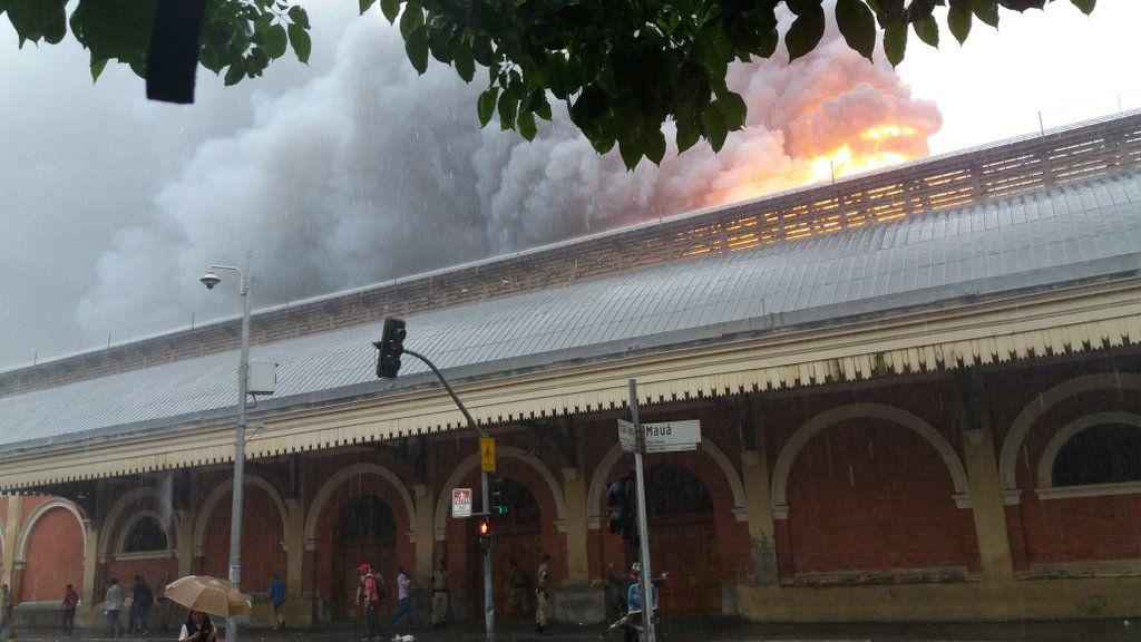 21/12/2015 - Tristeza profunda! Museu da Língua Portuguesa, que faz parte do complexo histórico da Estação da Luz, atingido, por incêndio de grandes proporções.