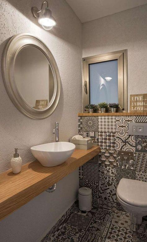 g ste wc mit muster fliesen und holzwaschtisch badezimmer pinterest toilette suspendu. Black Bedroom Furniture Sets. Home Design Ideas