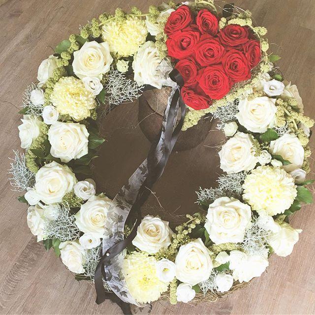Trauerkranz Mit Kleinem Herz Madewithlove Deineneuelieblingsfloristin Fraublume Hildesheim Bockfeld Funeral Flowers Sympathy Arrangements Floral Wreath