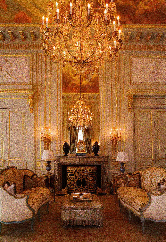 The legendary estates of beverly hills glamour for Decoracion de casas victorianas