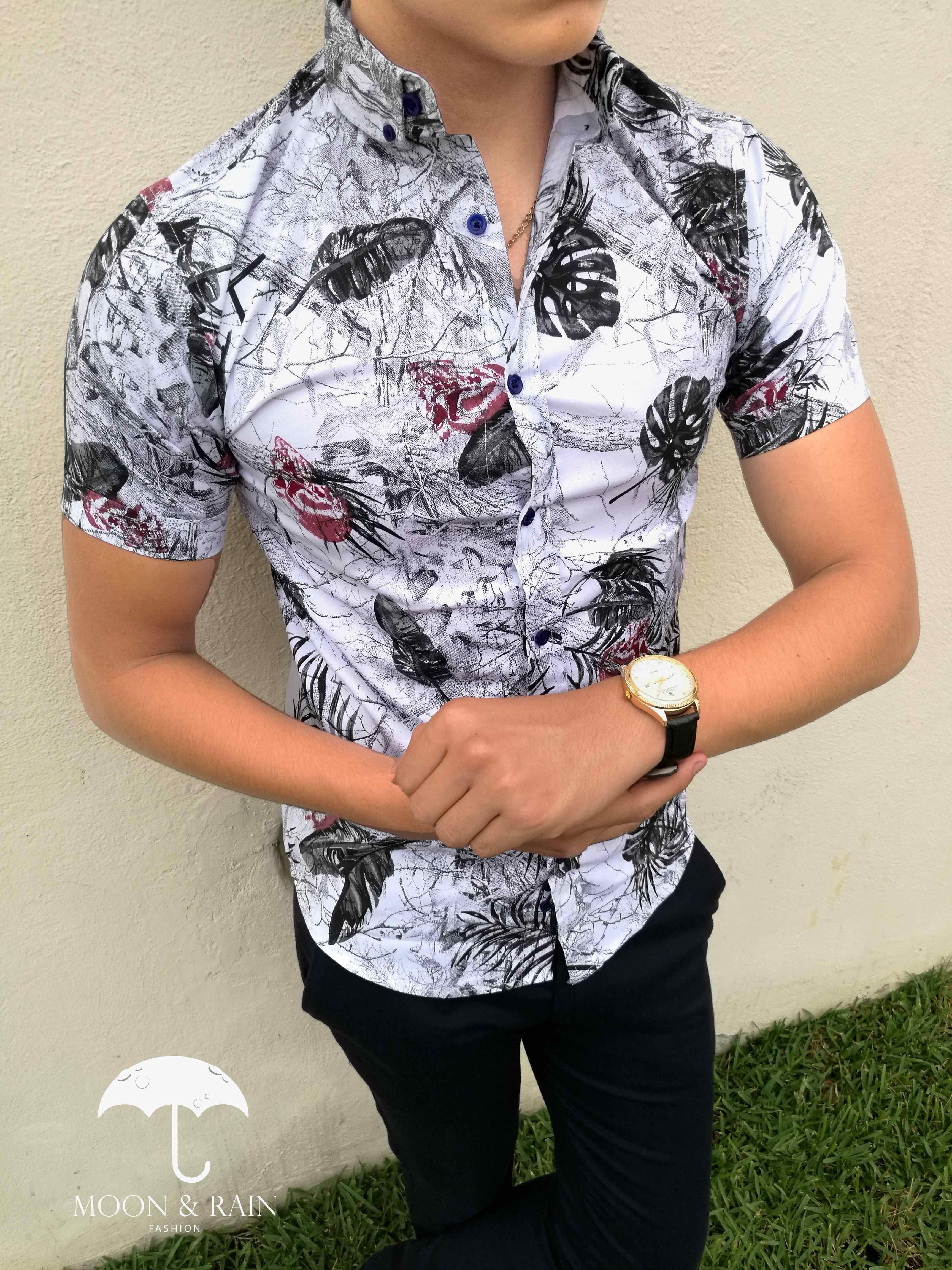 f12f31ee23cd5 Camisa blanca slim fit manga corta con diseño de flores y hojas negras