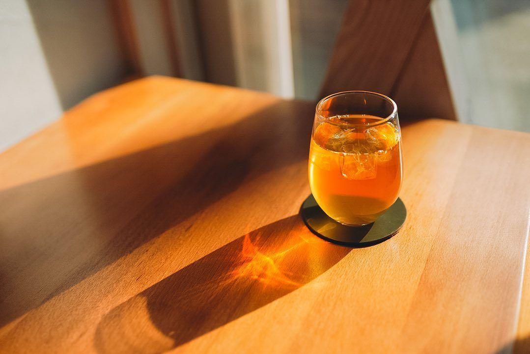 ----- CHABAKKA SAKE CHABAKKA TEA PARKS厳選シングルオリジンで作る至極のお茶割り - 和烏龍茶ハイ 茨城猿島いずみ - 朝飲み昼飲み夕飲みいつどんなシーンにも合う柑橘系の香り高い上品な和烏龍茶ハイ  ぜひ皆さまご賞味ください photo by @ken.ito0709 ----- #chabakka #chabakkateaparks #chabakkateaparkslaboratory #ドラフトティー#日本茶エンターテイメント #チャバッカ#チャバッカティーパークス #日本茶セレクトショップ#日本茶専門店 #湘南カフェ#鎌倉カフェ#日本茶カフェ#カフェ巡り #鎌倉散策#鎌倉観光#鎌倉旅行#鎌倉散歩#鎌倉デート #ウーロンハイ#和烏龍茶#お茶割り#茶割 #drafttea#teashop#teastand#instacafe#greentea #japanesegreentea#cafestagram#teastagram Do you love Tea? Check The Best Tea For a Peaceful Nights Slee