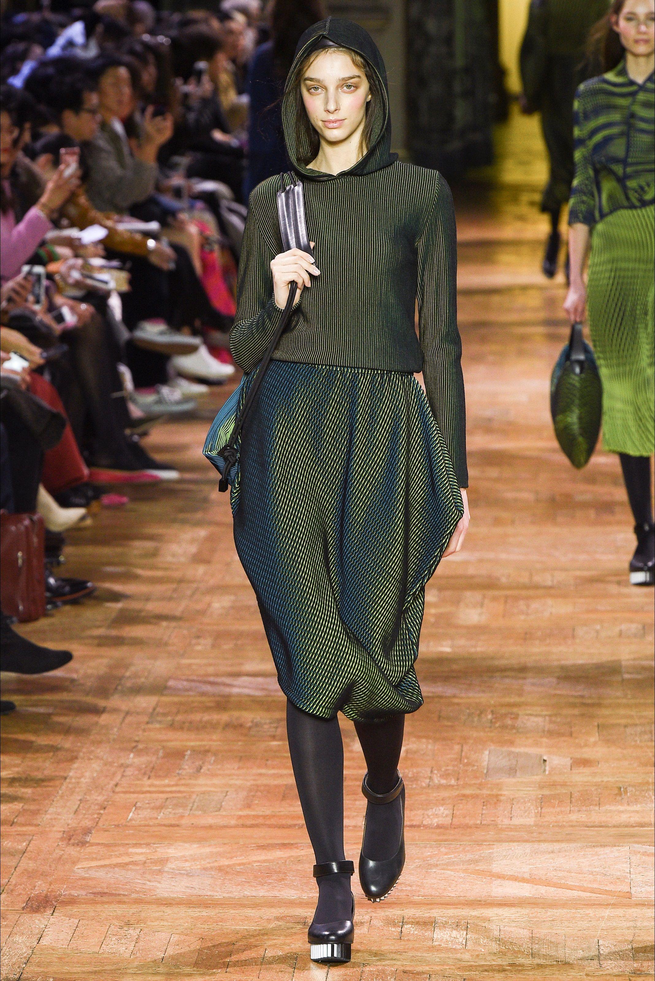 Guarda la sfilata di moda Issey Miyake a Parigi e scopri ...