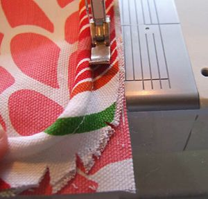 excellent welt cord tutorial (how to attach it to your fabric, especially around corners)
