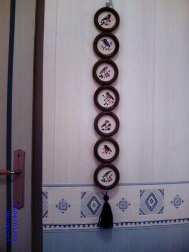 quelques anneaux de rideau en bois oubli s au fond d 39 un. Black Bedroom Furniture Sets. Home Design Ideas