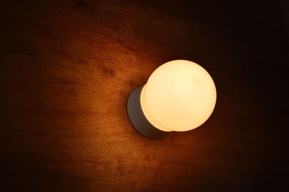 飽きのこないシンプルな形状の直付照明 洗面室や浴室など水廻りにも