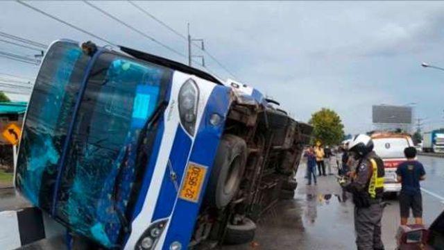 Un bus transportant 30 touristes se renverse