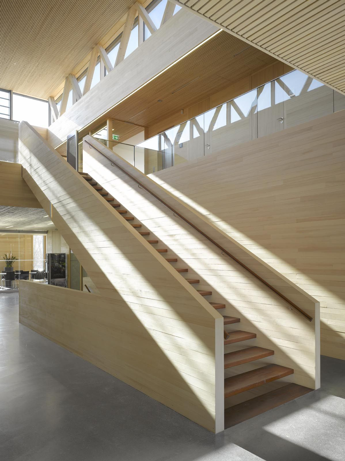 Treppenaufgang zu den Büroräumen www.holzbau-online.de