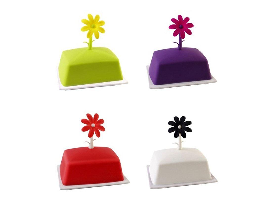 Wiosna na stole dzięki kolorowym akcesoriom z serii Livio marki Vialli Design! Przykrywka maselniczki została wykonana z wysokiej jakości silikonu, a na wierzchu została uwieńczona ozdobnym kwiatem. Podstawka maselniczki wykonana z białej porcelany, świetnie kontrastuje z  żywym kolorem przykrywki.
