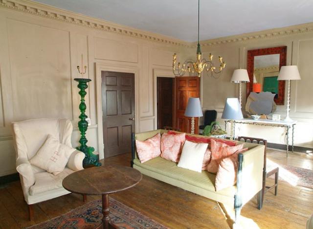 Charming Bright Green, Coral, And Shale Gray Accent A Living Room. Zeichnung ZimmerDeko  IdeenGeorgianische InneneinrichtungBunte HäuserWohnzimerWohnzimmer ...