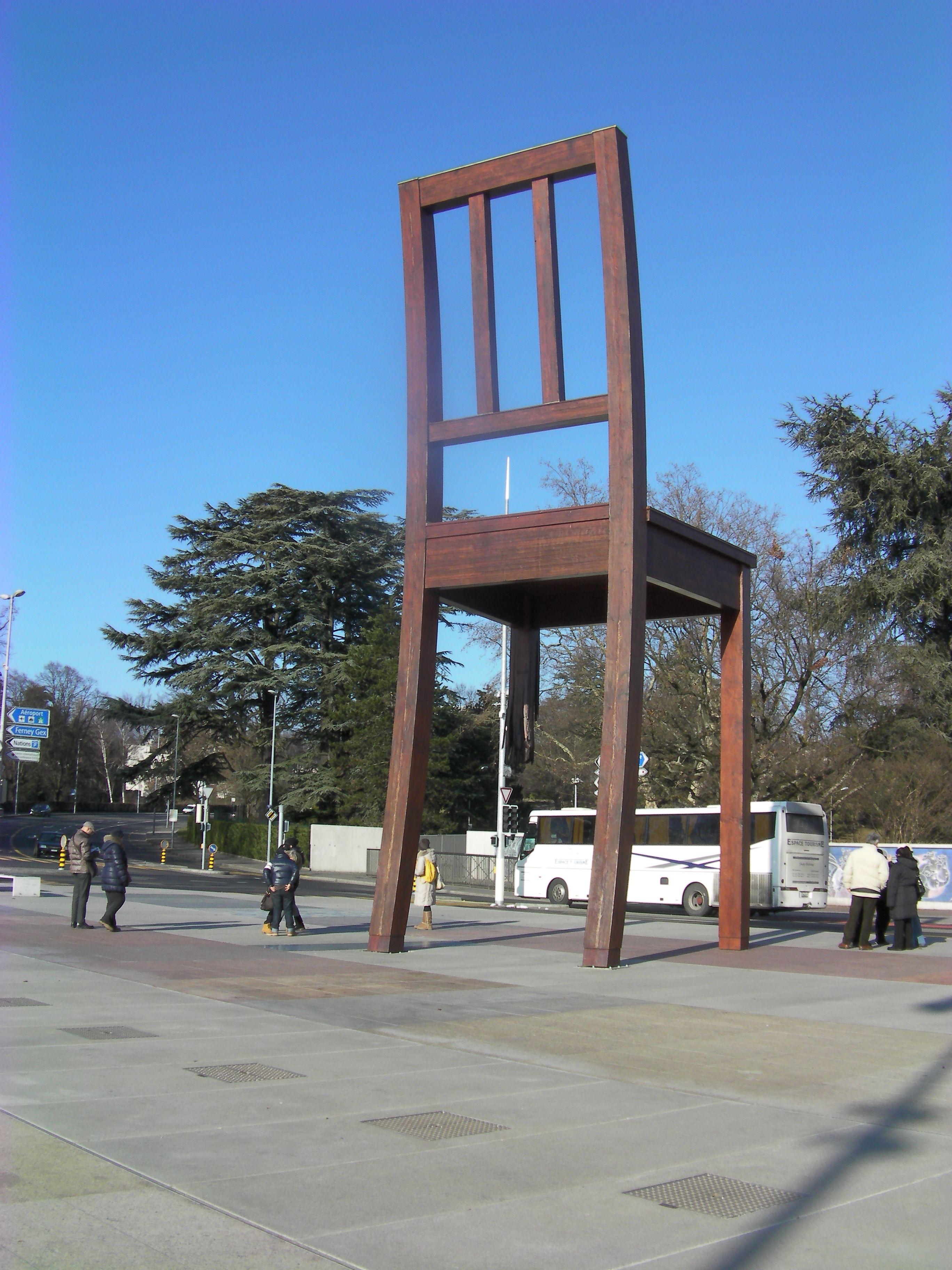 Monumento da Cadeira Quebrada em frente a sede da ONU.