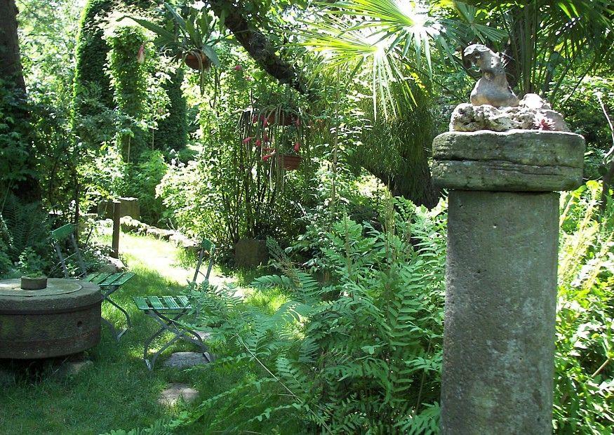 Genial Verwunschene Garten Anlegen | Verwunschener Garten Mit Steintisch,  Gartenstühlen Und Steinsäule