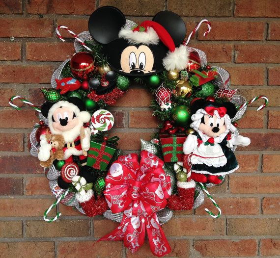 Christmas wreath mickey and minnie mouse by for Adornos navidenos mickey mouse