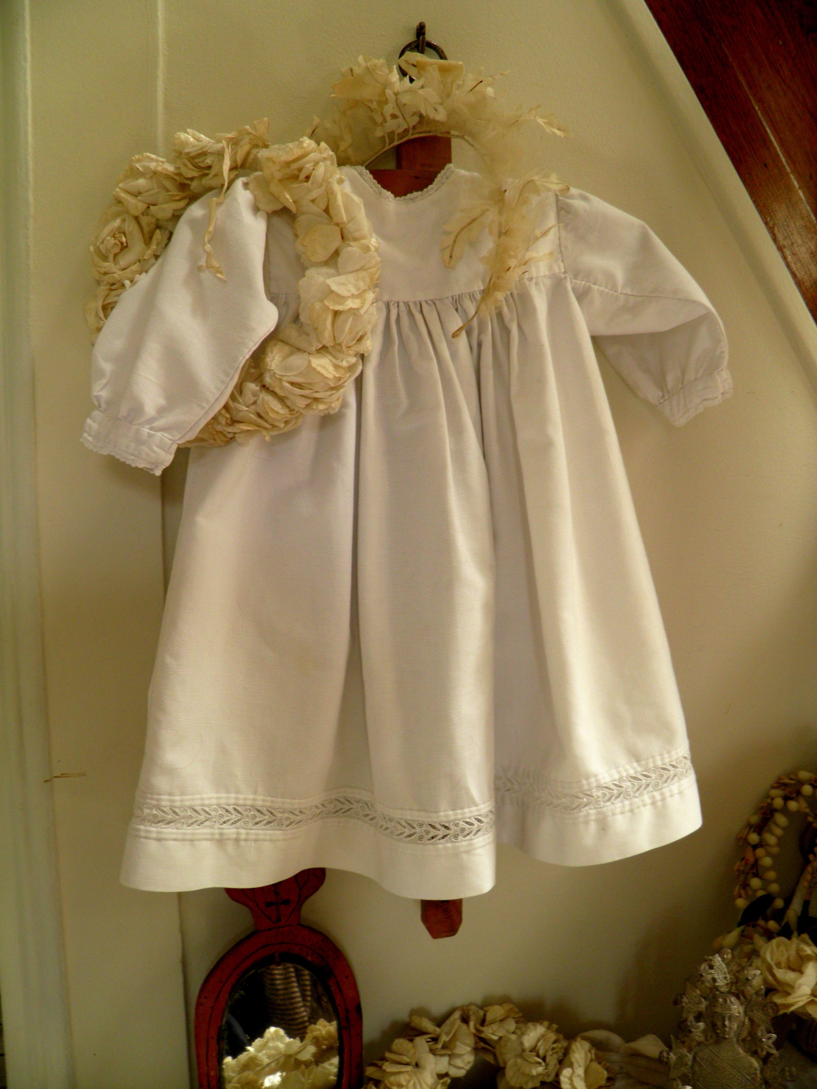 Robe d'enfant et couronnes