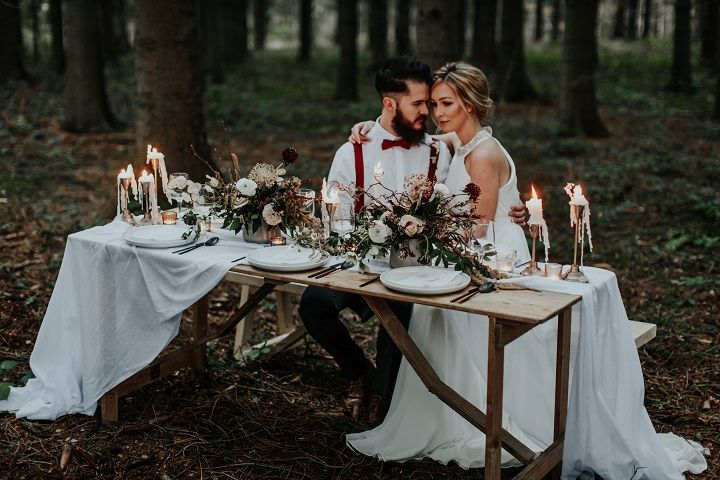 Beautiful rustic woodland wedding table setting | fabmood.com #weddingtable #weddingtablescape #tablesetting #wedding #woodlandwedding #cranberrywedding #autumnwedding #woodland #cozywedding