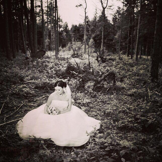 Bride In The Woods Brud Bride Bryllup Billeder Bryllupsbilleder Bryllupsfotograf Voresstoredag Fotograf Wedding Wed Bryllupsbilleder Bryllup Billeder
