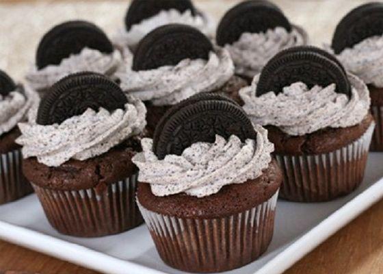 Ken jij Oreo's al? Dit zijn chocolade koekjes uit Amerika met een zachte witte vulling. Omdat ik gek op Oreo's en cupcakes ben vind je hier een recept voor