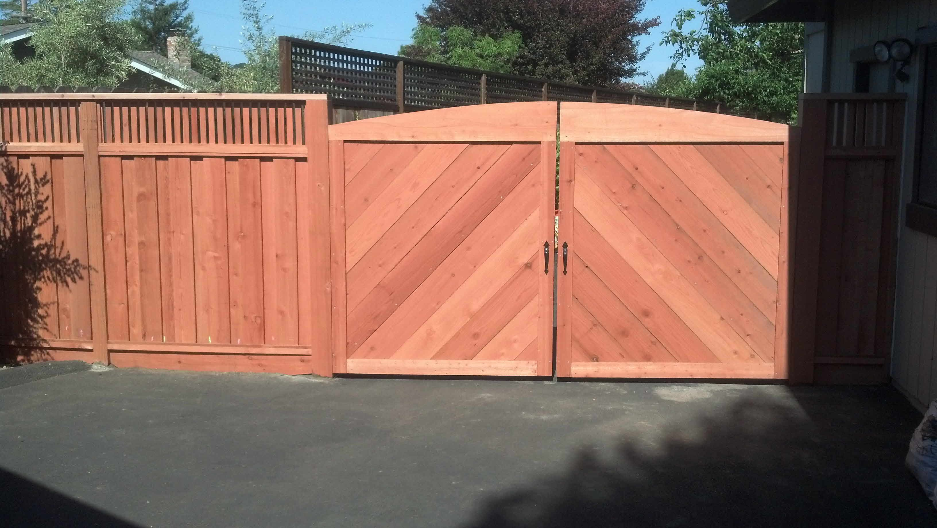 redwood fencing board on board with vertical top lattice
