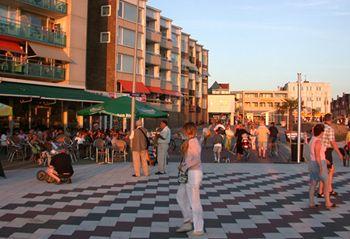 Zandvoort seafront. Courtesy of http://www.zandvoort-holland.com/zandvoort_accomodation.htm