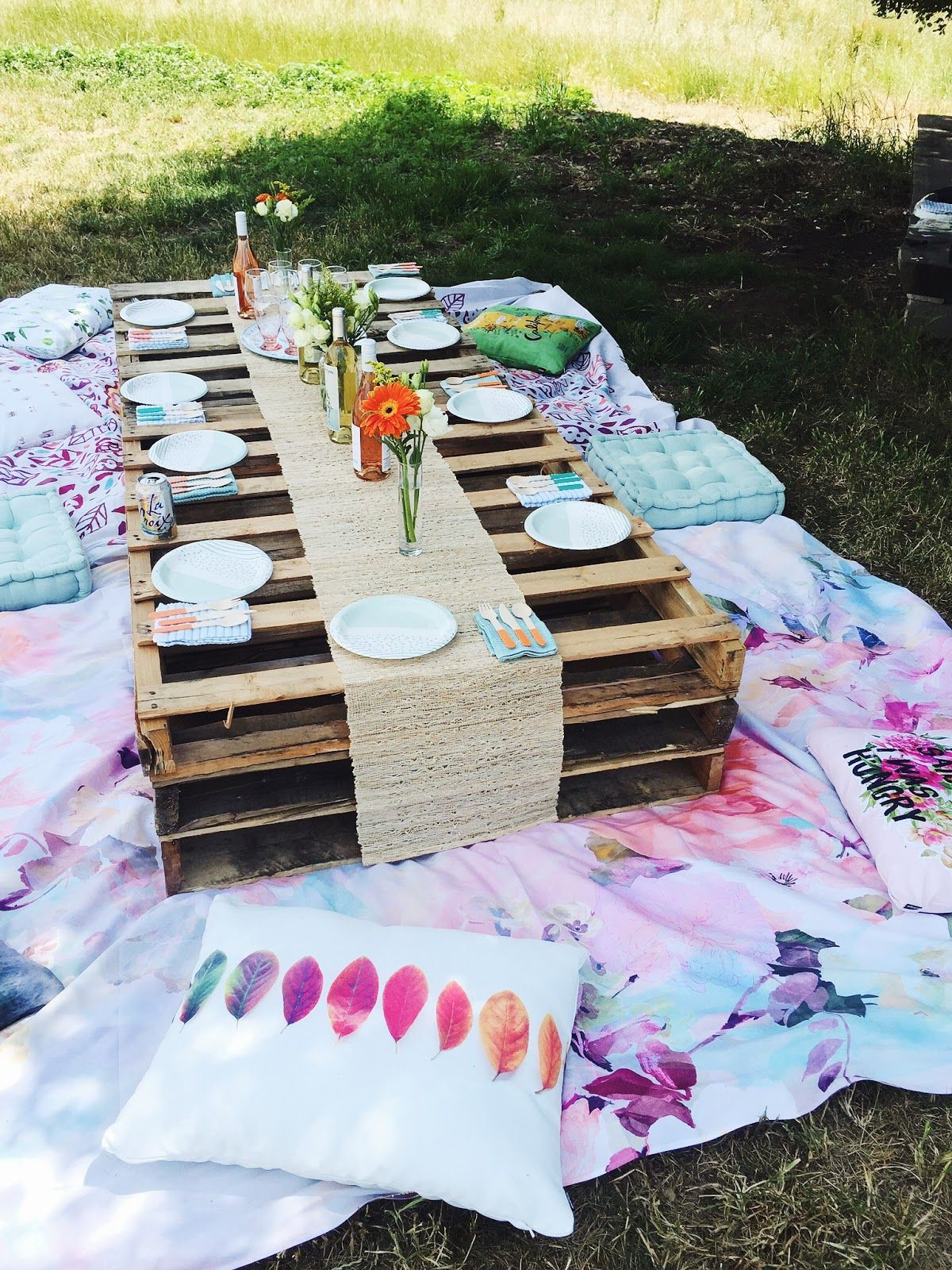 The Cutest Diy Outdoor Picnic Idea With Palettes And Pillows