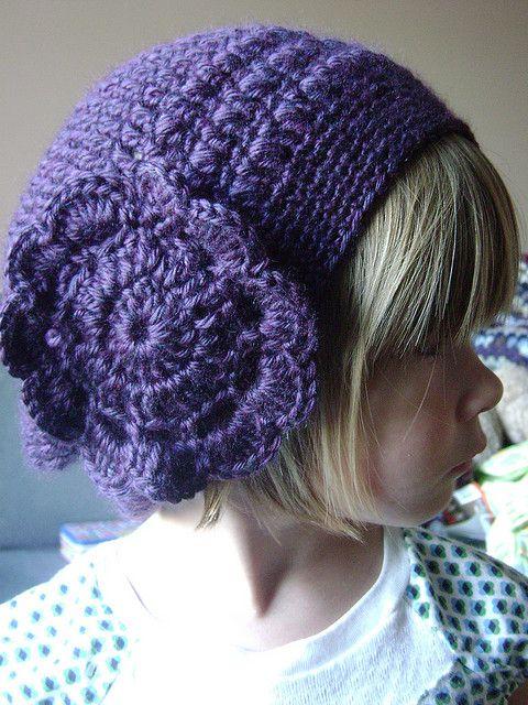 Gorro para niña, con una gran flor de adorno, a crochet, en ravelry ...