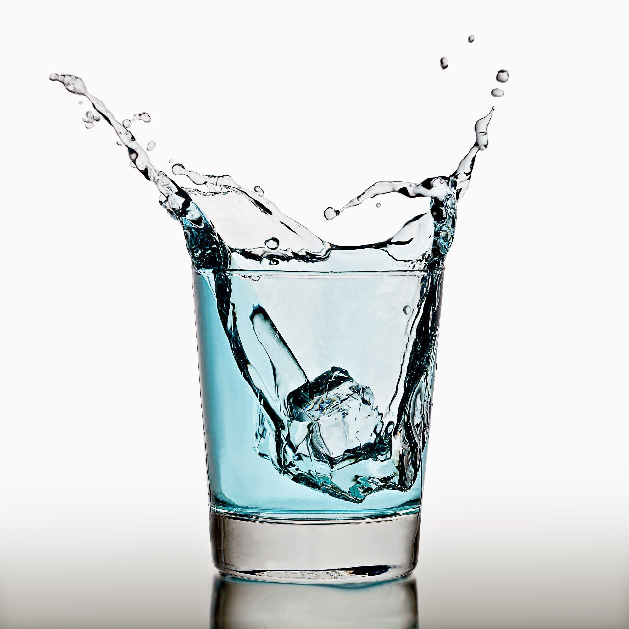 Ice Cube Splashing In A Cool Glass Of Water 현실적인 그림 물 사진 물 유리