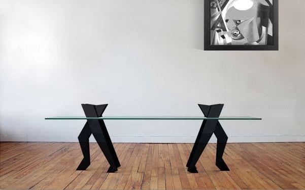 Si ispira al movimento futurista di Boccioni questo tavolo nato dalla collaborazione tra il genio creativo di Denis Santachiara e lo spirito anticonformista di Gufram