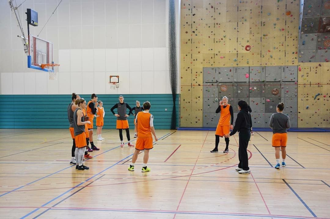 Les Tango étaient à l'entraînement au #Prado 2, le 1 étant occupé par les Championnat du Monde Cadets/Juniors d'#Escrime. Les Tango partiront à 13h30 pour #villeneuvedascq pour la J22 de #LFB, samedi soir à 20h. #AllezTango #Bourges #Basketball #lfb