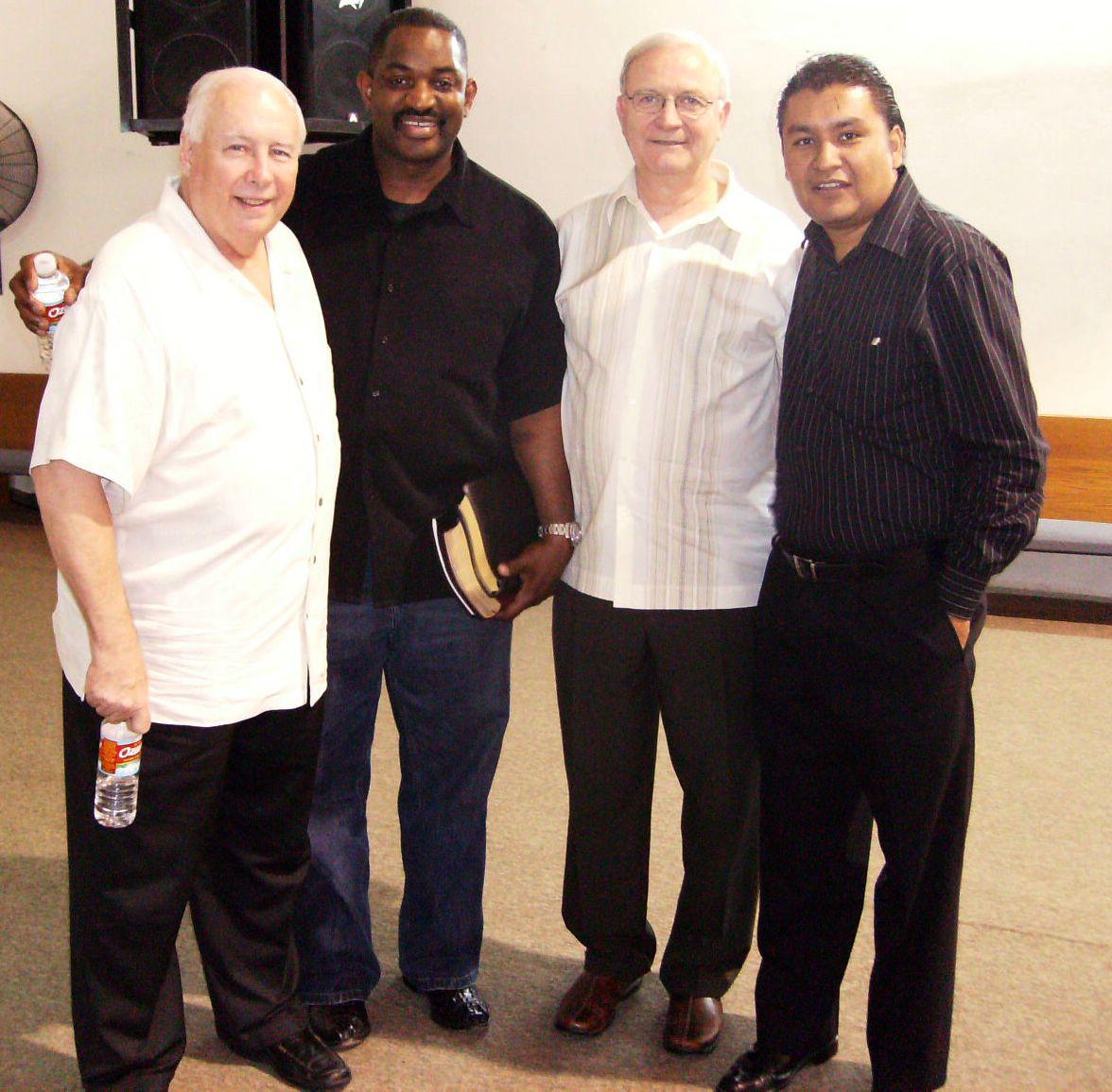 Pastor Jonathan con los pastores Bob Philipps y Billy Burton de la iglesia Encourager de Houston, TX.