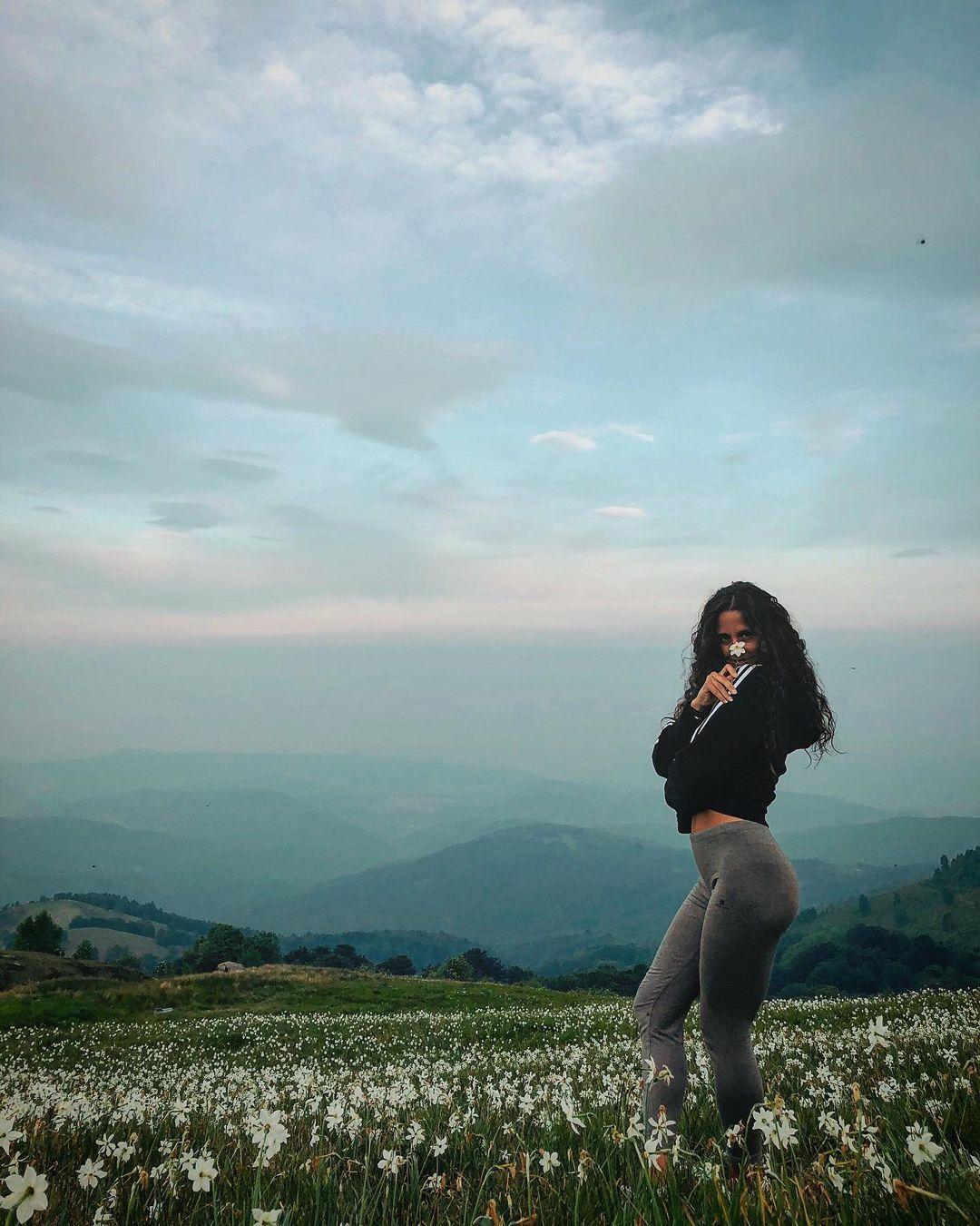 J'ai envie dedécouvrir le monde🧳 ✈️ • • • #exploring #traveller #travelgirl #discovery #flowers #naturephotography #nature #skyline #view #girlpic #postoftheday #postcard #body #bodypositive