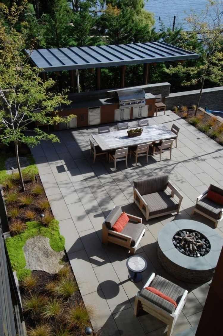 großer garten mit outdoor küche, essplatz und feuerstelle, Gartengerate ideen