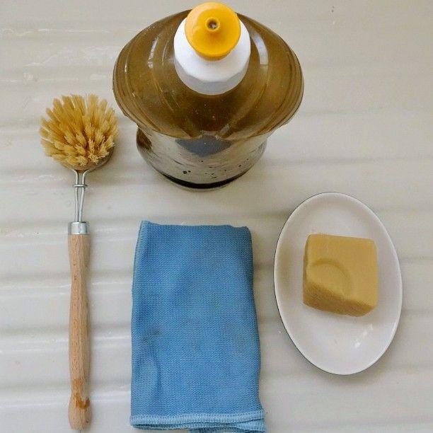 Faire la vaisselle sans produit chimique et sans éponge jetable ça donne quoi? Une brosse à vaisselle en fibres végétales et à tête interchangeable, une lavette lavable et réutilisable à l'infinie, du vrai savon noir liquide et un bloc de savon de Marseille! Ça fonctionne vraiment bien et en plus tu ne mets pas tes mains dans du détergeant et tu ne pollue pas l'eau que tu rejette! Pense aussi à faire un bac de lavage et un bac de rinçage pour ne pas laisser l'eau couler et le tour est joué…
