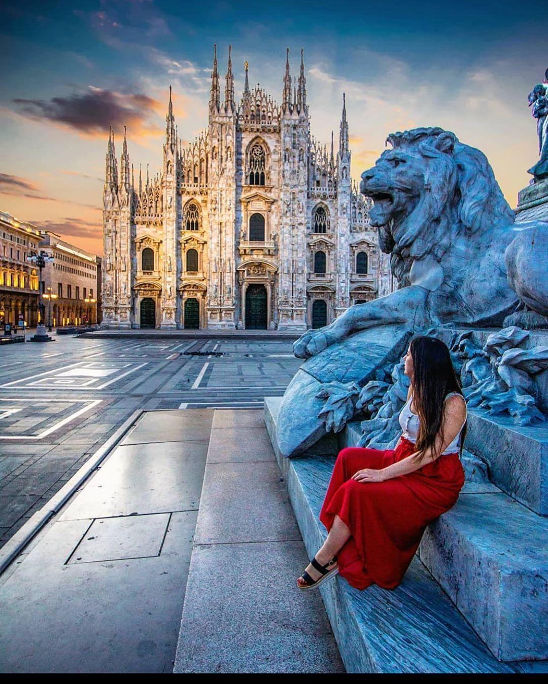 """MILANO 🇮🇹 FOLLOW on Instagram: """"Aspettando l'alba in Duomo! . . . 📸 @ournextflight  . . . #milano_go #milano🇮🇹 #duomomilano #alba #agosto2020 #domenicamattina…"""""""