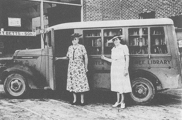 A Brief History Of American Bookmobiles In Pictures Bookmobile Library Vintage Library