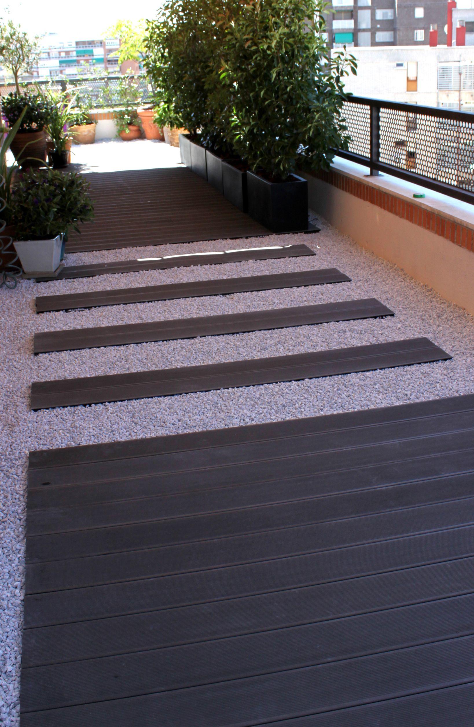 Jardin con grava y madera tecnol gica gris hogar for Pisos de jardines exteriores