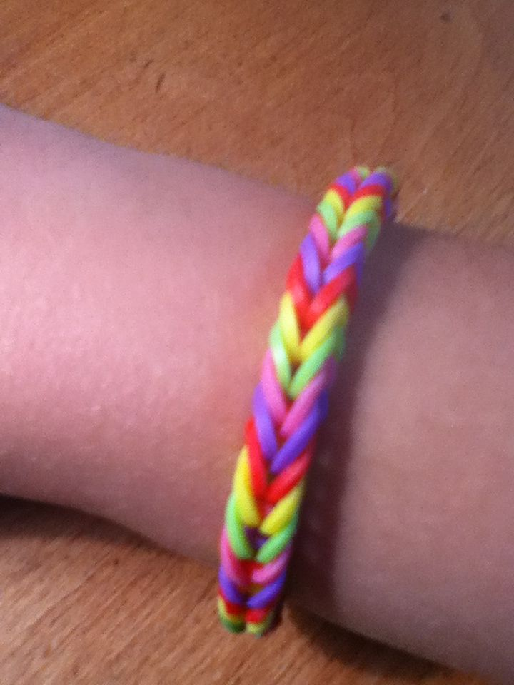 So easy you can even do it without the loom rubber for Rubber band crafts without loom