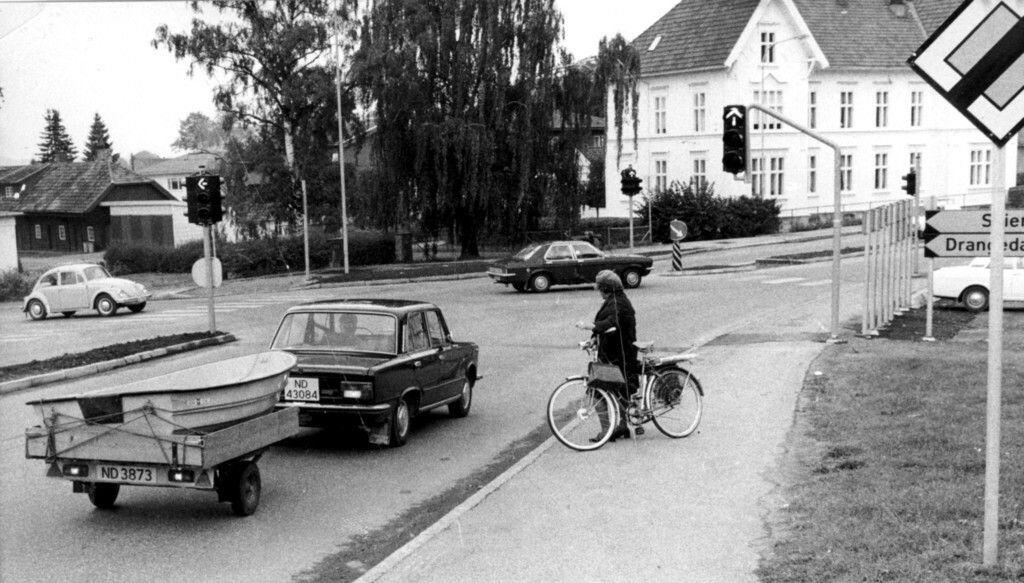 Telemark fylke Porsgrunn kommune. Dette bildet viser det gamle krysset på toppen av Rachebakken i Porsgrunn. Bildet er tatt i 1976, da man endelig fikk lysregulering av dette trafikkbelastede krysset. Krysset ble på slutten av 1980-tallet sterkt ombygget